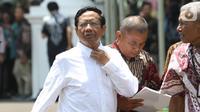 Mantan Ketua Mahkamah Konstitusi Mahfud MD tiba di kompleks Istana, Jakarta, Senin (21/10/2109). Kedatangan Mahfud MD berlangsung jelang pengumuman menteri Kabinet Kerja Jilid II oleh Presiden Joko Widodo atau Jokowi. (Liputan6.com/Angga Yuniar)