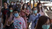 Penumpang memakai masker untuk melindungi diri dari infeksi virus corona di dermaga di Bangkok, Thailand (28/1/2020). Ketakutan terhadap virus corona dari China membuat persediaan masker semakin menipis di beberapa pusat penjualan. (AP Photo/Gemunu Amarasinghe)