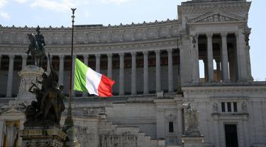 Bendera nasional Italia dikibarkan setengah tiang sebagai tanda berkabung atas korban meninggal akibat pandemi COVID-19 di Palazzo Chigi, Roma, 31 Maret 2020. Italia mengheningkan cipta dan menaikkan bendera setengah tiang atas kematian 11.591 orang akibat virus corona.  (Xinhua/Alberto Lingria)