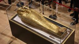 Penampakan peti mati emas mumi Nedjemankh yang dipajang di Museum Nasional Peradaban Mesir, Kairo, Selasa (1/10/2019). Peti mati itu pernah dipamerkan di Museum Seni Metropolitan New York setelah dibeli dari dealer seni Paris pada 2017 dengan harga empat juta dolar AS. (AP Photo/Mahmoud Bakkar)