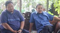 Komisaris PT Mahesa Jenar Semarang, Sukawi Sutarip (kanan), bersama manajer PSIS Semarang, Wahyu Winarto. (Bola.com/Vincentius Atmaja)