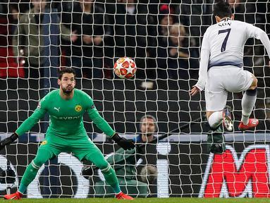 Gelandang Tottenham Hotspur, Heung-Min Son mencetak gol ke gawang Borussia Dortmund pada leg pertama 16 besar Liga Champions di Stadion Wembley, London, Rabu (13/2). Tottenham Hotspur menang telak 3-0 atas Borussia Dortmund. (AP/Frank Augstein)