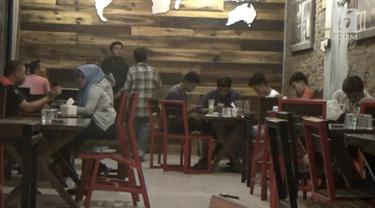 Pemerintah kabupaten Bireuen, Aceh mengharamkan duduk satu meja  lelaki dan perempuan satu jika bukan mahramnya di warung kopi atau tempat kumpul lainnya kemarin.