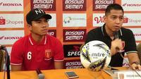 Jan Saragih, pelatih Perseru Badak Lampung FC (kanan), dalam sesi konferensi pers jelang laga melawan PSM di Hotel Same, Makassar, Kamis (23/5/2019). (Bola.com/Abdi Satria)