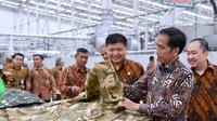 Jokowi saat meninjau pabrik PT Sri Rejeki Isman Tbk yang lebih dikenal dengan Sritex, di Sukoharjo, Jawa Tengah, Jumat (21/4/2017). (Biro Pers Istana)