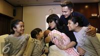Kebahagiaan Andhika Pratama dan Ussy Sulistiawaty yang kini telah memiliki empat orang putri. (Herman Zakharia/Liputan6.com)