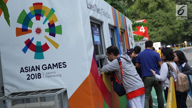 Beberapa calon penonton seremoni pembukaan Asian Games 2018 mengantri melakukan penukaran tiket jelang masuk kawasan GBK, Jakarta, Sabtu (18/8). Asian Games 2018 akan berlangsung hingga 2 September, mendatang. (Liputan6.com/Helmi Fithriansyah)