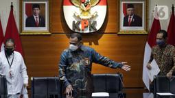 Ketua Komisi Pemberantasan Korupsi, Firli Bahuri (tengah) bersiap mengumumkan hasil penilaian dalam rangka pengalihan status kepegawaian di Gedung KPK, Jakarta, Rabu (5/5/2021). Dari 1.351 pegawai KPK yang mengikuti tes wawasan kebangsaan, 75 orang tidak lulus. (Liputan6.com/Helmi Fithriansyah)