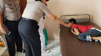 Kapolres Cianjur AKBP Soliyah, saat menjenguk YG di RSUD Cimacan, Cianjur, Jabar. YG dikurung 7 tahun karena diduga mengidap gangguan kejiwaan. (istimewa)