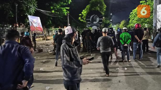 Demo tolak UU Cipta Kerja berujung bentrok di Makassar (Liputan6.com/Fauzan)