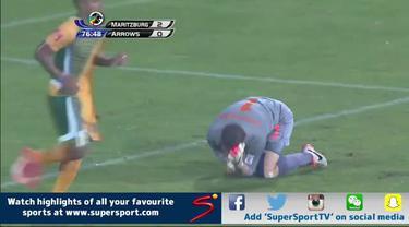 Aksi seruduk Glenn Verbauwhede kiper Maritzburg United saat melawan Golden Arrows pada kompetisi lokal di Afrika Selatan memancing gelak tawa para penonton yang menyaksikannya.