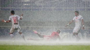 Laga pekan ke-6 BRI Liga 1 2021/2022 antara Persiraja Banda Aceh melawan Persija Jakarta di Stadion Pakansari Bogor sempat dihentikan pada menit ke-11 akibat hujan deras. Usai hujan reda, laga kembali dilanjutkan dan skor masih 0-0 hingga babak pertama usai. (Bola.com/M Iqbal Ichsan)