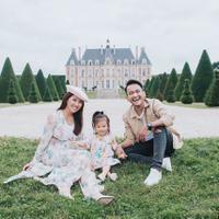Momen liburan panjang digunakan Ruben Onsu dan Sarwendah dengan pergi ke Paris. Seaakan ingin berbagi kebahagiaan dengan penggemarnya, mereka mengunggah beberapa foto liburan di media sosial. (Foto: instagram.com/ruben_onsu)