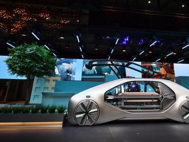 Kendaraan robot dengan mobilitas berbagi, Renault EZ-GO, pada pameran otomotif Geneva Motor Show 2018, Selasa (6/3). Mobil ini dibuat dengan konsep ramah lingkungan serta mengoptimalkan cara berkendara di kota-kota padat penduduk. (Fabrice COFFRINI/AFP)