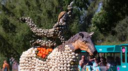 Patung kuda dari labu terlihat dalam pameran hortikultura Erfurt Garden Construction Exhibition di sebuah taman di Erfurt, Jerman, Selasa (3/9/2019. Tukang kebun membuat aneka patung dari ribuan labu. (AP Photo/Jens Meyer)