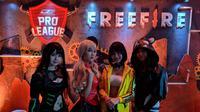 Empat cosplayer turut memeriahkan Grand Final Dunia Games Pro League (DGPL) Free Fire di Dunia Games Stadium, Pluit, Penjaringan, Jakarta Utara, Sabtu (27/4/2019). (Bola.com/Muhammad Adiyaksa)