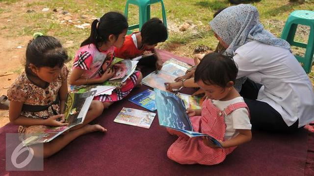 Anak-anak membaca buku.