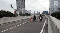 Pengendara motor melintasi flyover (jalan layang) Pancoran yang mulai dibuka untuk umum, Jakarta, Senin (15/1). Keberadaan Jalan layang Pancoran menghubungkan Jalan MT Haryono dari arah Cawang menuju Jalan Gatot Subroto. (Liputan6.com/Arya Manggala)