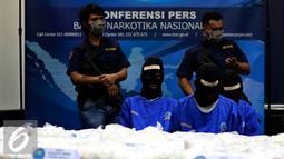 Tersangka dihadirkan saat rilis penyelundupan 270kg shabu, Jakarta, Selasa (20/10/2015). Dari penagkapan tersebut, petugas menangkap dua anggota sindikat narkoba internasional (Tiongkok-Malaysia-Indonesia). (Liputan6.com/Yoppy Renato)