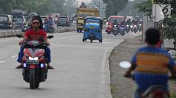Pemudik bersama keluarganya menggunakan bajaj saat perjalanan mudik melintasi Jalur Pantura kawasan Patrol, Jawa Barat, Senin (3/6/2019). Keluarga ini memanfaatkan bajajnya sebagai angkutan mudik dari Jakarta menuju kampung halamannya di Cirebon, Jawa Tengah. (Liputan6.com/Herman Zakharia)