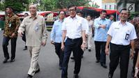 Menkumham Yasonna H Laoly (tengah) usai meninjau tes seleksi CPNS Kemenkumham di gedung BKN, Jakarta, Senin (11/9). Pada 2017, tercatat 1.116.138 pelamar CPNS mendaftar di lingkungan Kemenkumham. (Liputan6.com/Helmi Fithriansyah)