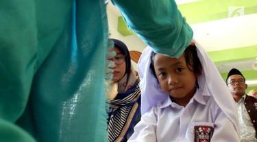 Hari pertama masuk sekolah di SMP VIP Pesawat, Kulonprogo diisi dengan aksi rukiah siswa baru. Puluhan siswa dirukiah agar belajar lebih rajin,