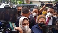 Anak penyanyi Nia Daniati, Olivia Nathania mendatangi Polda Metro Jaya untuk diperiksa terkait kasus dugaan penipuan seleksi CPNS. (Liputan6.com/Ady Anugrahadi)