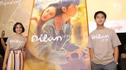 Pemeran film Dilan 1991, Vanesha Prescila dan Iqbaal Ramadhan berpose di depan poster film di Kemang, Jakarta, Kamis (17/1). Film Dilan 1991 resmi meluncurkan trailernya pada hari ini (17/01). (Kapanlagi.com/ Adrian Utama Putra)
