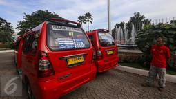 Sejumlah angkutan Koperasi Wahana Kalpika (KWK) saat peresmian, Jakarta, Senin (3/4). Kerjasama KWK dengan PT. Transportasi Jakarta (Transjakarta) ini diharapkan bisa menghantarkan warga hinga ke pelosok pemukiman. (Liputan6.com/Faizal Fanani)