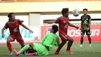 Pemain PSM Makassar, Ilham Udin Armaiyn (kanan) berusaha menjebol gawang Barito Putera dalam laga pekan ke-5 BRI Liga 1 2021/2022 di Stadion Wibawa Mukti, Cikarang, Senin (27/9/2021). (Bola.com/Ikhwan Yanuar)