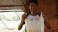 Senyum seorang mualaf di Kota Padang setelah mendapat paket hewan kurban. (Liputan6.com/ Novia Harlina)