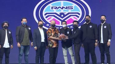Dirut IBL dan ketum Perbasi bersama Raffi Ahmad pada peluncuran RANS PIK Basketball.