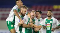 Para pemain PSS merayakan gol yang dicetak Nemanja Kojic ke gawang Persib dalam lanjutan BRI Liga 1 2021/2022 di Stadion Manahan, Jumat (22/10/2021) malam WIB. (Bola.com/Bagaskara Lazuardi)