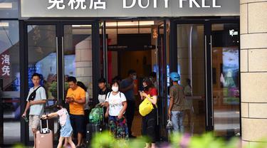 Para wisatawan berbelanja di toko bebas pajak (duty free) di Haikou, ibu kota Provinsi Hainan, China selatan (18/8/2020). Provinsi pulau Hainan di China meraup pendapatan 2,49 miliar yuan (1 yuan = Rp2.150) dalam belanja bebas pajak dari wisatawan pada Juli. (Xinhua/Guo Cheng)