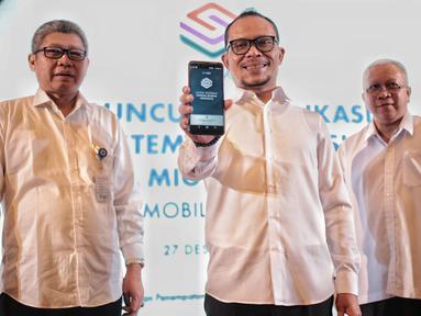 Menteri Ketenagakerjaan Hanif Dhakiri bersama jajarannya menunjukan aplikasi SIPMI saat peluncuran Aplikasi Sistem Informasi Pekerja Migran Indonesia di Kementerian Ketenagakerjaan, Jakarta, Kamis (27/12). (Liputan6.com/Faizal Fanani)