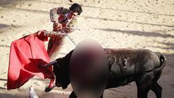 Seorang matador menikamkan pedangnya kepada seekor banteng dalam pertandingan manusia melawan banteng di Tijuana, Meksiko, Minggu (8/4). Adu banteng dengan manusia dibawa ke Meksiko oleh para conquistador Spanyol. (Mario Tama/Getty Images/AFP)
