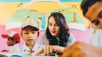 Chelsea Islan mengajarkan anak membaca (Dok.Taman Bacaan Pelangi)