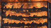 Cula badak sitaan dibakar pada tungku untuk menandai Hari Badak Sedunia dekat Taman Nasional Kaziranga, Bokakhat, India, 22 September 2021. Sebanyak 2.479 cula badak dibakar dalam kegiatan tersebut. (Biju BORO/AFP)