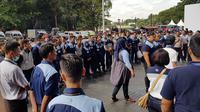 Petugas kebersihan dari ISS Facility Services bertanggung jawab atas kebersihan menjaga kebersihan Stadion Utama Gelora Bung Karno (SUGBK) selama rangkaian final Piala Presiden 2018, Sabtu (17/2/2018), (Bola.com/Zulfirdaus Harahap)