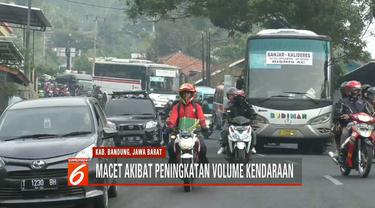Satlantas Polres Bandung mengurai kemacetan di simpang Cagak Nagreg dengan mengalihkan lalin menuju Garut via Kadungora.