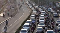 Kondisi arus lalu lintas di jalanan sekitar Terusan Casablanca, Kampung Melayu, Jakarta, Senin (18/7). Memasuki hari pertama masuk sekolah pasca libur Lebaran 2016, jalanan Jakarta kembali macet. (Liputan6.com/Johan Tallo)