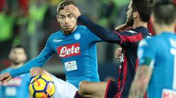 Gelandang Napoli, Jorginho, berusaha melewati gelandang Crotone, Andrea Barberis, pada laga Serie A Italia di Stadion Ezio Scida, Crotone, Jumat (29/12/2017). Crotone kalah 0-1 dari Napoli. (AFP/Carlo Hermann)