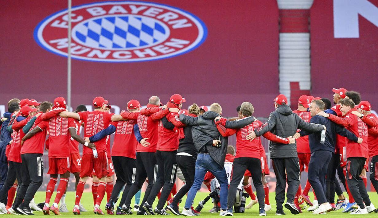 Para pemain Bayern Munchen merayakan gelar juara usai menaklukkan Moenchengladbach pada laga Liga Jerman di Allianz Arena, Sabtu (8/5/2021). Bayern Munchen menang enam gol tanpa balas. (Peter Kneffel/Pool via AP)