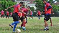Arema berlatih di lapangan bagian luar Stadion Gajayana Malang, Selasa (19/11/2019). (Bola.com/Iwan Setiawan)