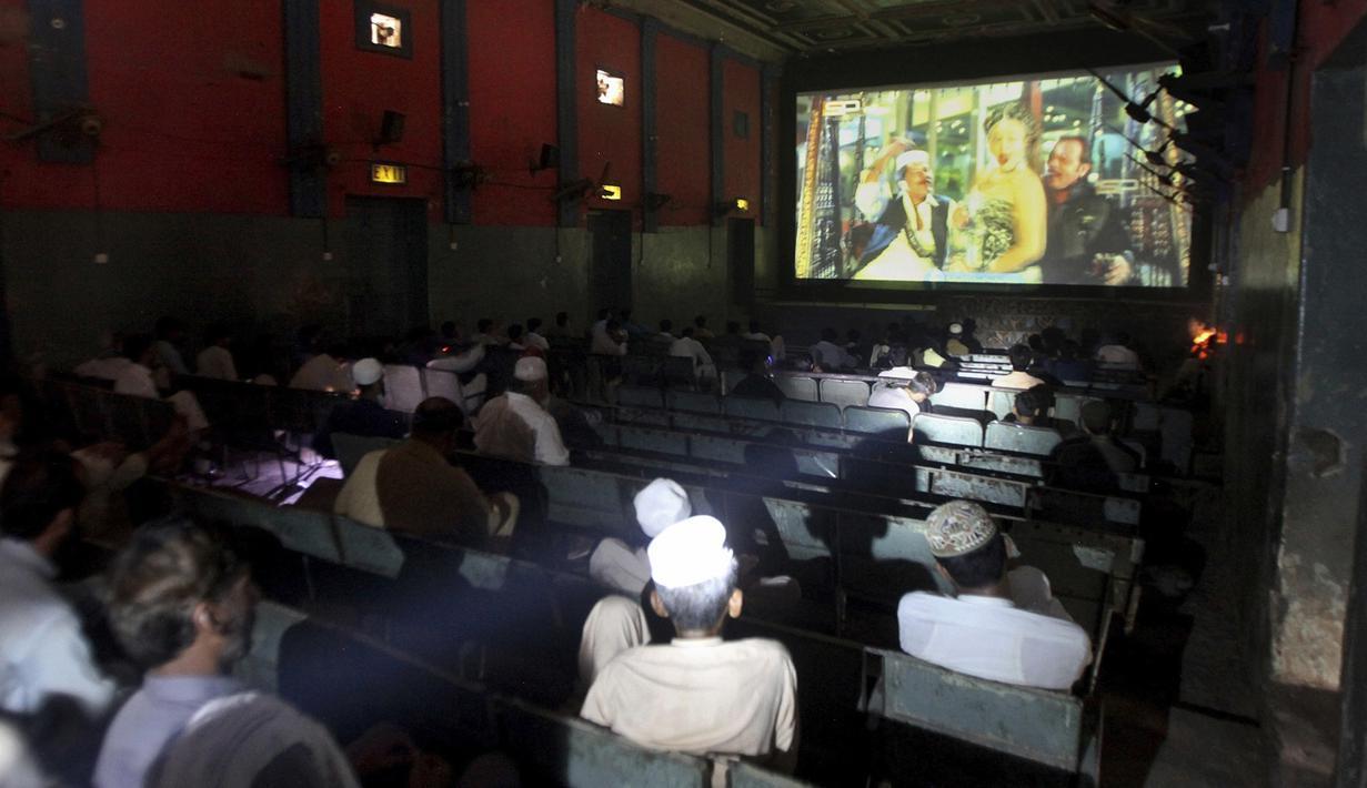 Pengunjung memakai masker dan menerapkan jaga jarak saat memasuki bioskop di Peshawar, Pakistan, Senin (10/8/2020). Pakistan mengurangi pembatasan terkait COVID-19 menyusul tingkat kasus harian tetap di bawah 1.000 selama lebih dari empat minggu. (AP Photo/Muhammad Sajjad)