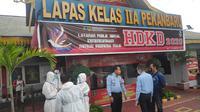 Pegawai dan tim medis yang menangani warga binaan terkonfirmasi Covid-19 di Lapas Pekanbaru. (Liputan6.com/M Syukur)