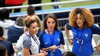 Istri gelandang Prancis, Blaise Matuidi, Isabelle (kiri), istri Lucas Digne, Tiziri (tengah), dan istri Kingsley Coman, Sephora, tampak akrab sebelum laga. (AFP)
