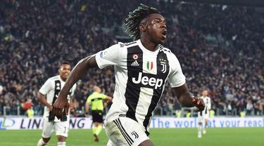 Penyerang Juventus, Moise Kean, melakukan selebrasi usai membobol gawang AC Milan pada laga Serie A di Stadion Allianz, Turin, Sabtu (6/4). Juventus menang 2-1 atas AC Milan. (AP/Andrea Di Marco)