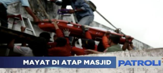 Jasad pria ditemukan di atap Masjid Simpang Empat Air Putih, Samarinda. Diduga tewas akibat tersengat aliran listrik.