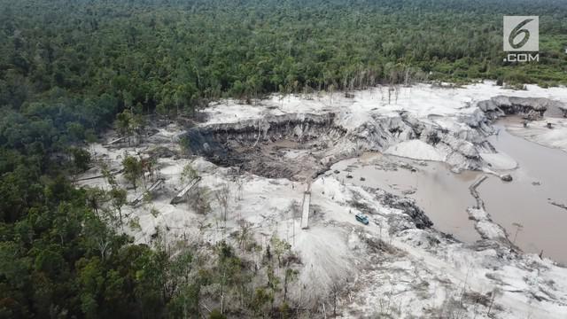 Lubang-lubang menganga bekas tambang terlihat jelas, ketika kami menyelisik lokasi tambang emas ilegal di Desa Pematang Gadung, Ketapang, Kalimantan Barat.  Ada sekitar 1.500 pekerja tambang dan 3.000 hektare luasan lahan bakas hutan yang telah dibuk...